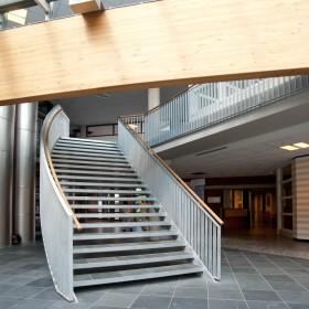Een brede trap in het Streekziekenhuis te Winterswijk