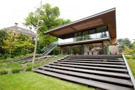 Modern woonhuis met terras en trappen